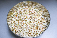 Popcorn in der Metallkreisschüssel Lizenzfreies Stockbild