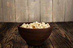 Popcorn in der Schüssel Stockbilder