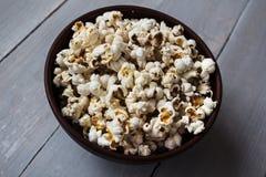 Popcorn in der Schüssel auf Holz Stockbilder