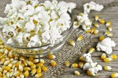 Popcorn in der Schüssel auf Holztisch Stockfotos