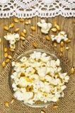 Popcorn in der Schüssel auf Holztisch stockfotografie