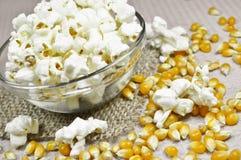 Popcorn in der Schüssel auf Holztisch Lizenzfreies Stockfoto
