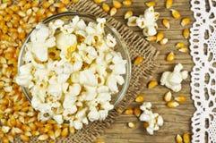 Popcorn in der Schüssel auf Holztisch lizenzfreie stockbilder
