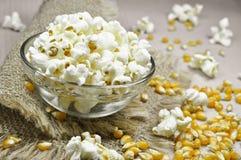 Popcorn in der Schüssel auf Holztisch lizenzfreie stockfotografie