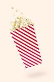 Popcorn di volo con il pacchetto rosso-commovente Immagine Stock Libera da Diritti