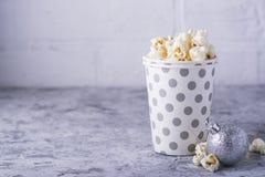 Popcorn in document kop op witte achtergrond Stock Afbeeldingen