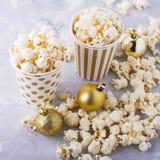 Popcorn in document kop op witte achtergrond Royalty-vrije Stock Foto's