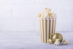 Popcorn in document kop op witte achtergrond Royalty-vrije Stock Foto