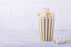 Popcorn in document kop op witte achtergrond Stock Foto's