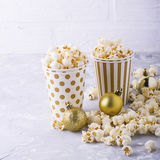 Popcorn in document kop op witte achtergrond Royalty-vrije Stock Fotografie
