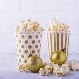 Popcorn in document kop op witte achtergrond Royalty-vrije Stock Afbeelding