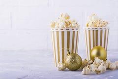 Popcorn in document kop op witte achtergrond Stock Fotografie