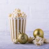 Popcorn in document kop op witte achtergrond Stock Afbeelding