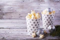 Popcorn in document kop op witte achtergrond Stock Foto