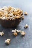 Popcorn dolce del caramello in una ciotola su un fondo blu scuro Fotografia Stock Libera da Diritti