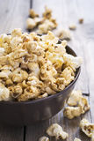 Popcorn dolce in una ciotola, fuoco selettivo del caramello Fotografie Stock Libere da Diritti