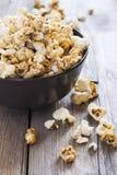 Popcorn dolce in una ciotola, fuoco selettivo del caramello Immagini Stock Libere da Diritti
