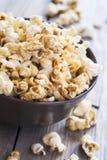 Popcorn dolce in una ciotola, fuoco selettivo del caramello Fotografia Stock Libera da Diritti