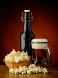 Popcorn e birra Immagini Stock