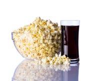 Popcorn e cola su fondo bianco Fotografia Stock Libera da Diritti