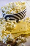 Popcorn e formaggio fotografia stock