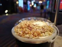 Popcorn in een grote container voor het eten in de bioskoop royalty-vrije stock foto's