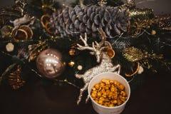 Popcorn in een houten plaat op de achtergrond van Kerstbomen en Kerstmisdecoratie, Nieuwjaaraanbieding, selectieve nadruk royalty-vrije stock afbeelding