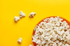 Popcorn in een oranje kom Stock Foto's