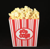 Popcorn in een oude manier rode witte container Stock Foto