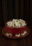 Popcorn in een rode kom stock fotografie