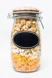 Popcorn in einem Glas mit Aufkleber Lizenzfreie Stockfotos