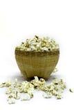 Popcorn in einem hölzernen Eimer auf weißem Hintergrund Stockfotografie