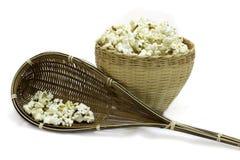 Popcorn in einem hölzernen Eimer auf weißem Hintergrund lizenzfreie stockfotografie