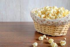 Popcorn in einem Korb stockfotografie