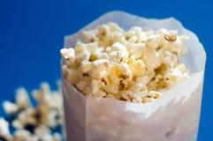Popcorn in einem Papierbeutel Stockbild