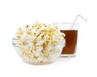 Popcorn in einem Teller auf einem Hintergrundgetränk Lizenzfreies Stockbild