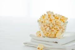 Popcorn in einer Glasschüssel Stockfotos