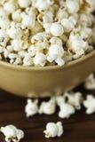 Popcorn in einer Schüssel Lizenzfreie Stockfotos