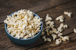 Popcorn in einer Schüssel auf Holztisch Lizenzfreie Stockfotos