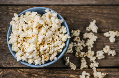 Popcorn in einer Schüssel auf Holztisch Stockfotografie