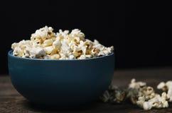 Popcorn in einer Schüssel auf Holztisch Stockbilder