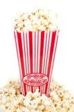 Popcorn in einer Schatulle und in der Frontseite stockfoto