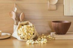 Popcorn in einer Tasche in der Küche lizenzfreie stockfotos