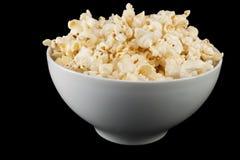 Popcorn in einer weißen Schüssel stockfotografie