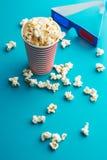 Popcorn en 3D glazen Stock Foto