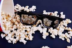 Popcorn en 3d glazen op een blauwe achtergrond Royalty-vrije Stock Foto's