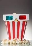 Popcorn en 3D glazen op grijze achtergrond Stock Fotografie