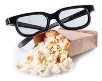 Popcorn en 3D glazen op wit wordt geïsoleerd dat Stock Afbeelding
