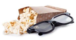 Popcorn en 3D glazen op witte achtergrond wordt geïsoleerd die Stock Afbeeldingen