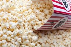 Popcorn en gestreepte doos Stock Foto